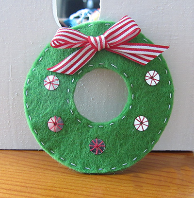 Make a felt mini christmas wreath diy tutorial easy felt project today we make a felt solutioingenieria Gallery